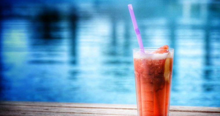 Alkoholfreier Pfirsich- und Cranberry-Cocktail mit Rosmarin