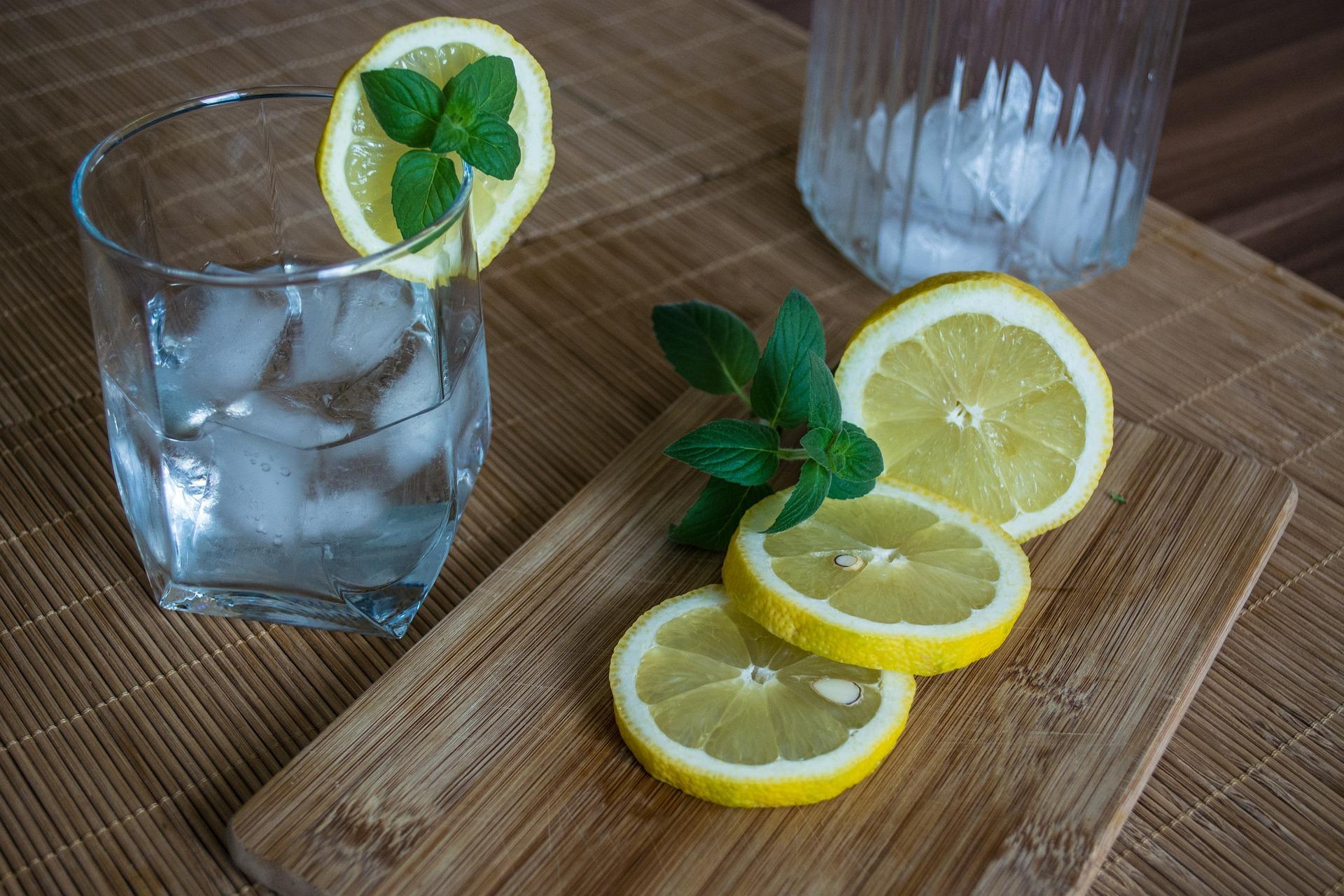 Tee-Drink mit Tonic auf Eis