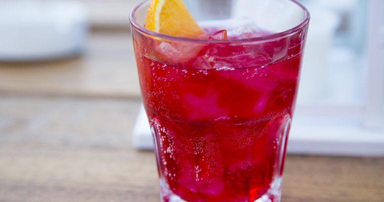 Gin-Cocktail mit Hibiskus