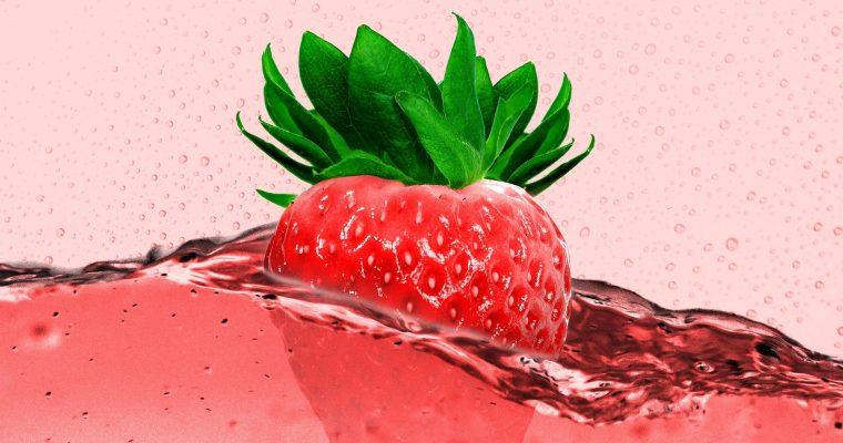 Rhabarber-Bowle mit Erdbeeren